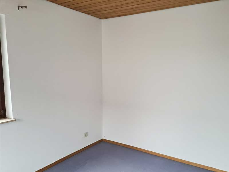 Frisch gestrichene Wand im Schlafzimmer