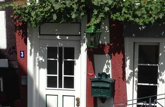 Maler- und Lackierer aus Herrenberg hier Streicharbeiten für Tür und Fenster