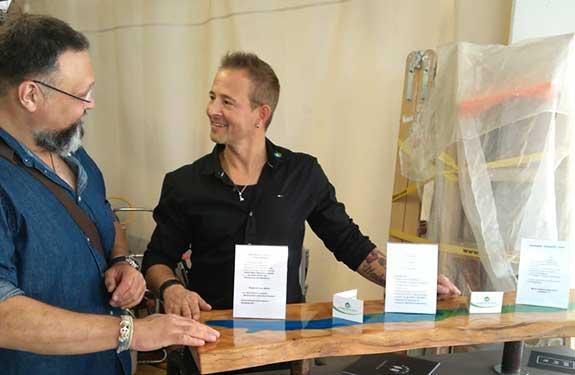 Malermeister Mark Kessler bei einer Beratung für Materialverkauf im Showroom in Gültstein