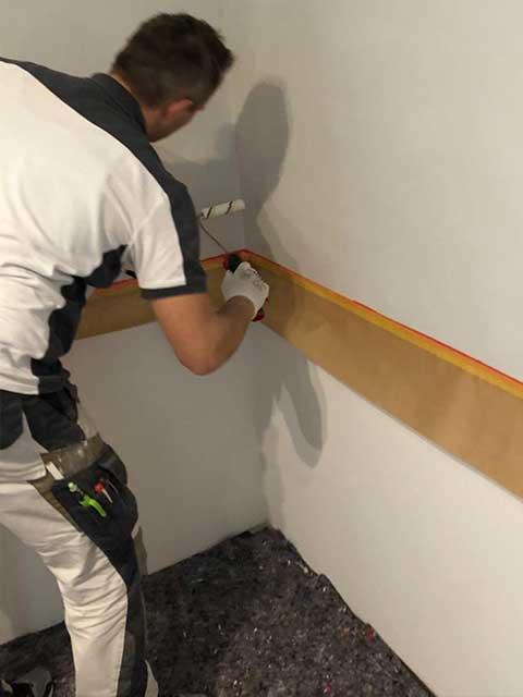 Mark Kessler bei Malerarbeiten in Gültstein 2020 für neue Wände und Design Boden