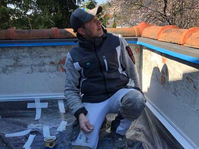 Mark Kessler bei Putzarbeiten an einer Terrasse 2020 in Herrenberg