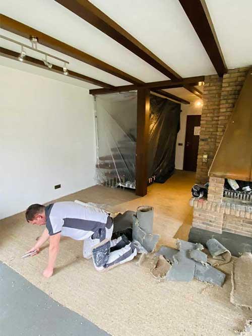 Neue Bodenbeläge vom Maler hier Nivellierung und Teppichboden Entfernung